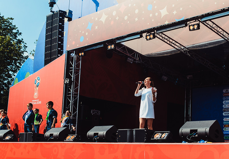 """Вчера я выступила на сцене в фан-зоне болельщиков с песней """"Птица счастья"""""""